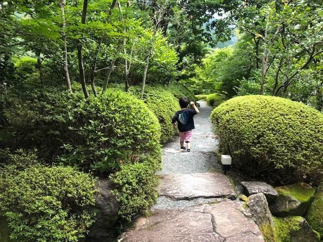 エクシブ箱根離宮の散策路を歩く子ども