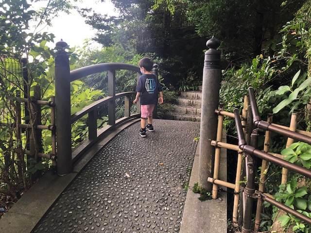 エクシブ箱根離宮の散策路にある橋を渡る子ども