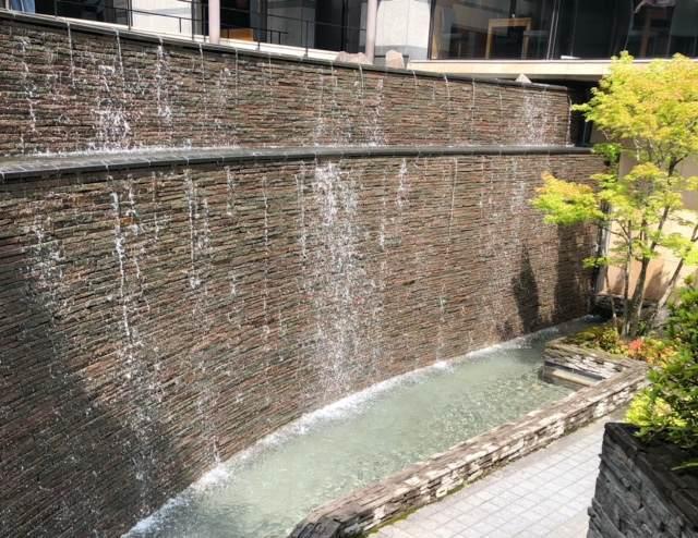 エクシブ箱根離宮の散策路にある滝