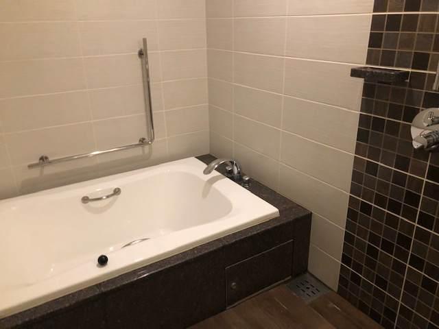 エクシブ箱根離宮のスタンダードグレードの部屋にあるお風呂