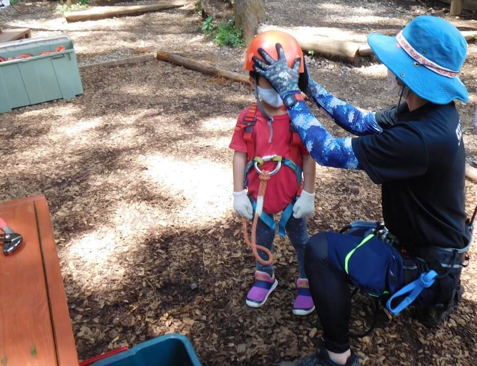 フォレストアドベンチャー小田原でヘルメットをつけてもらう子ども