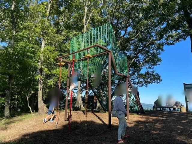 山北つぶらの公園のつつじ山展望広場にできた遊具