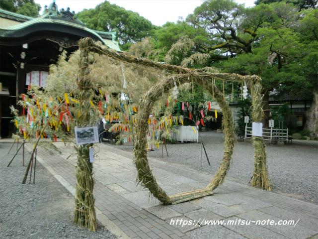 神社の茅の輪くぐり