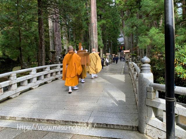 高野山、生身供を運ぶ僧侶