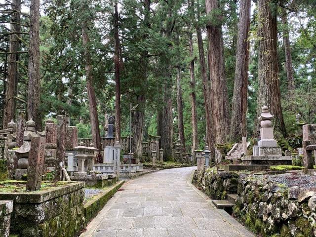 奥の院の墓石群「墓碑をたずねて」
