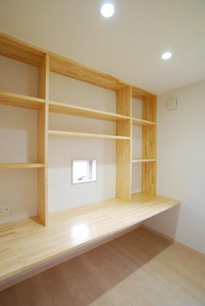 造作の本棚と机