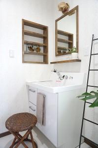 洗面所の鏡と棚、ニッチを造作しています。色の統一ができて好きなイメージに仕上がります。