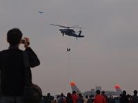 UH-60Jブラックホークからのロープ降下