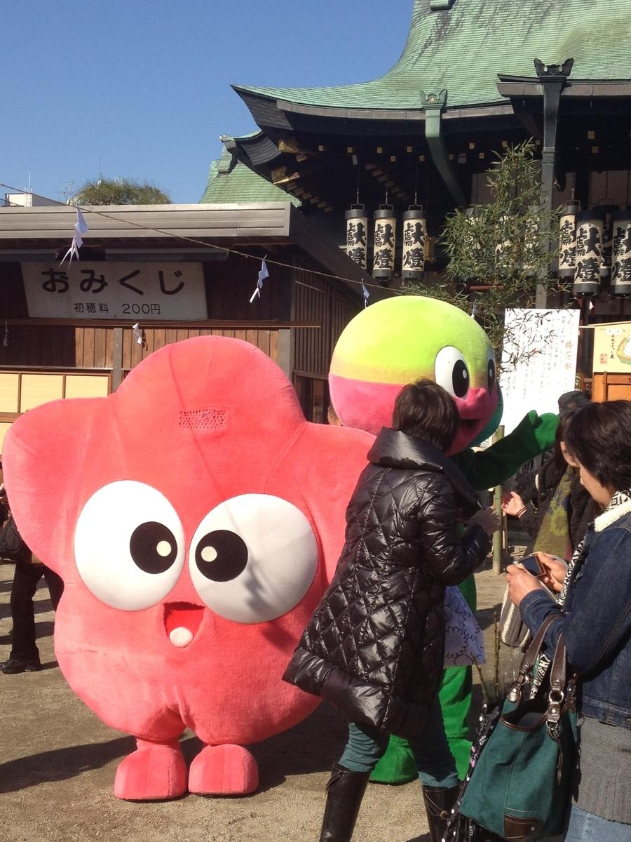 大阪天満宮境内の2体のゆるキャラと参拝客