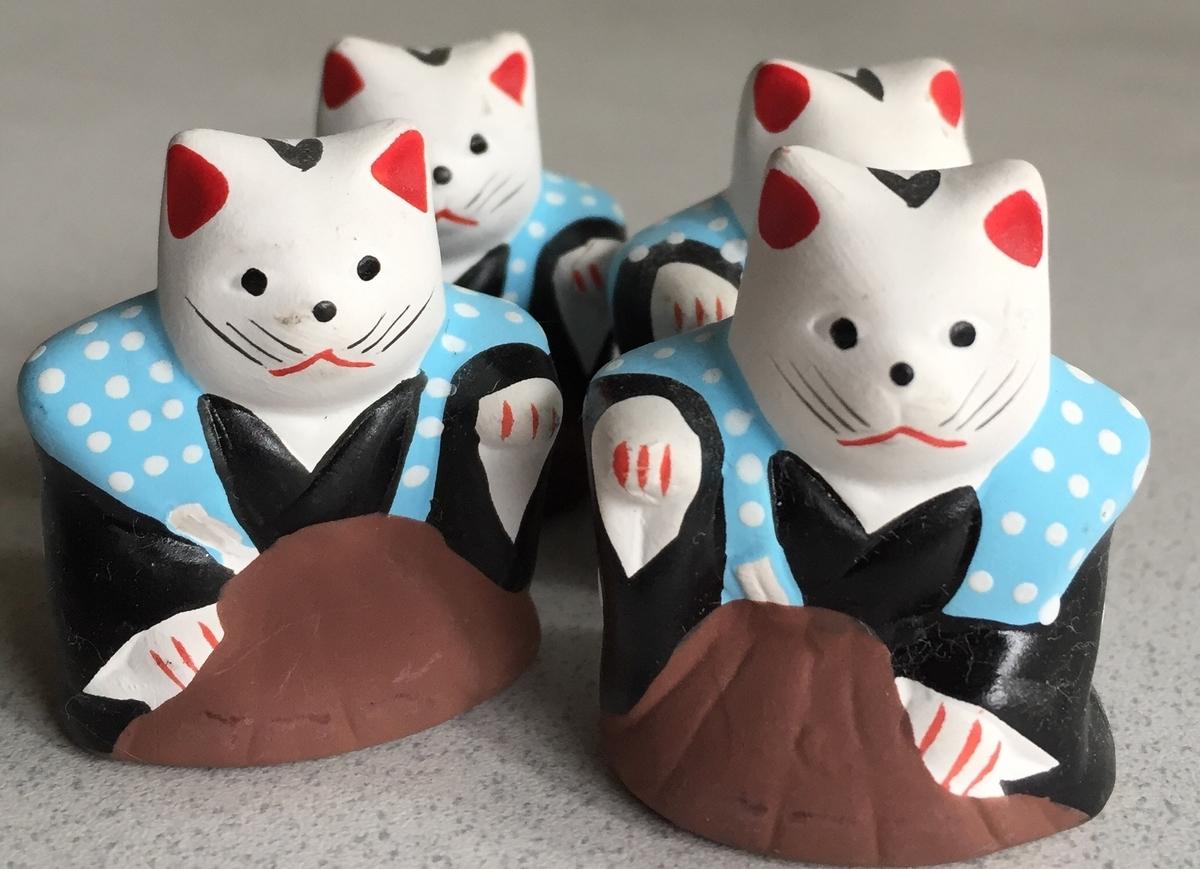 4体の小さい招福猫の人形