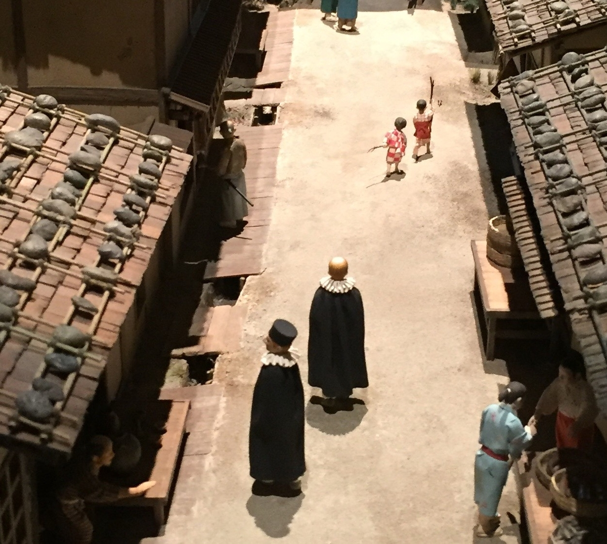 町の中を歩く南蛮人の模型