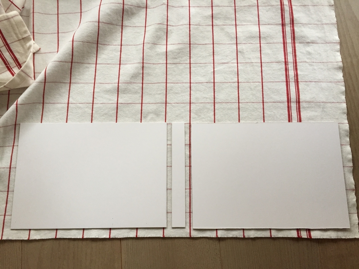 布の上に並べた台紙