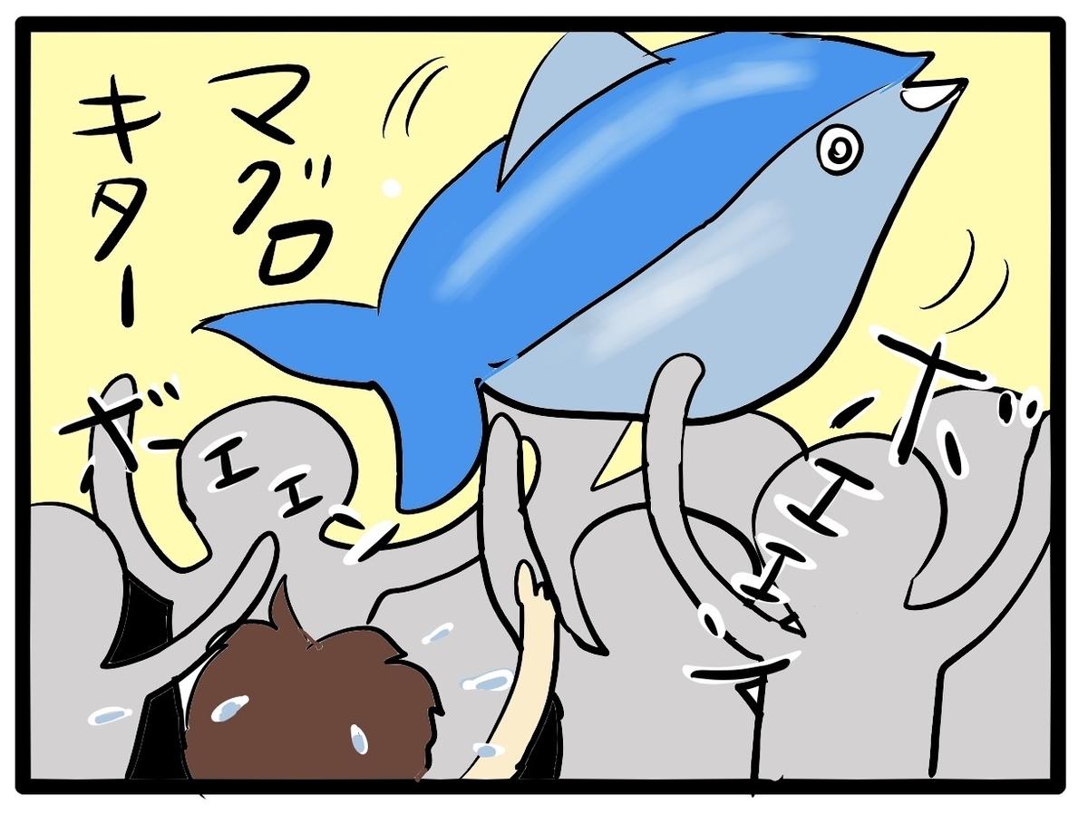 会場でお客さんの頭上を泳ぐビニールのマグロの絵
