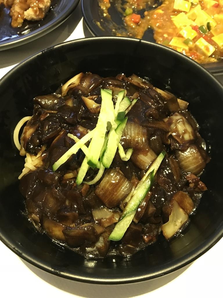 炸醤麺通常サイズ。甘みがあって美味しい、兎に角使ってる麺が美味い、チャンポンも同じの使ってると思うけど兎に角麺が美味いです。