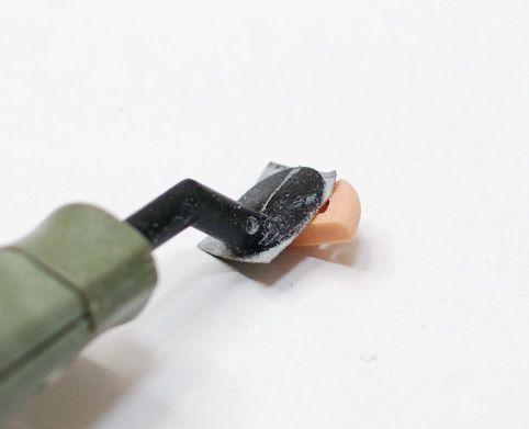 膝関節をペンサンダーで薄く削る