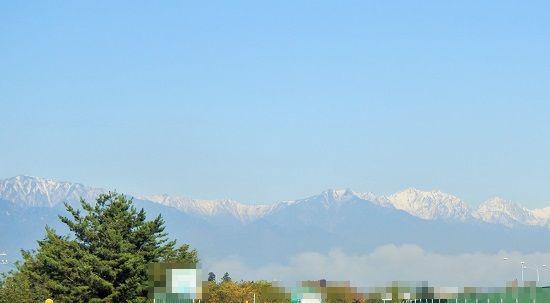 薄っすら雪が積もる11月の山の風景
