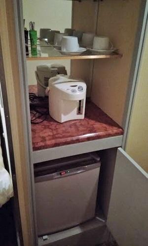 冷蔵庫とティーセット