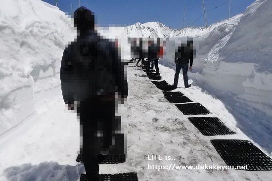 雪の回廊ウォークへ