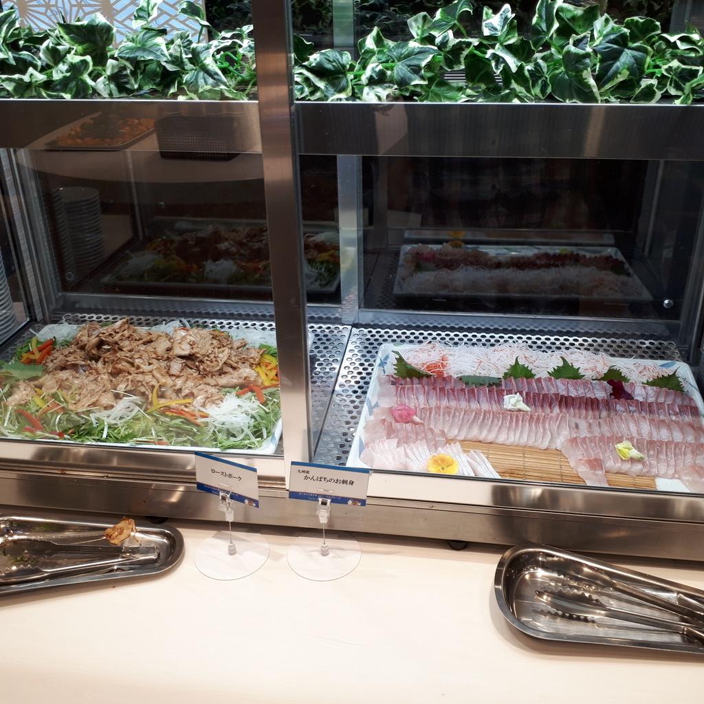 さんふらわあさつま レストラン 夕食ブッフェ かんぱち刺身とローストポーク
