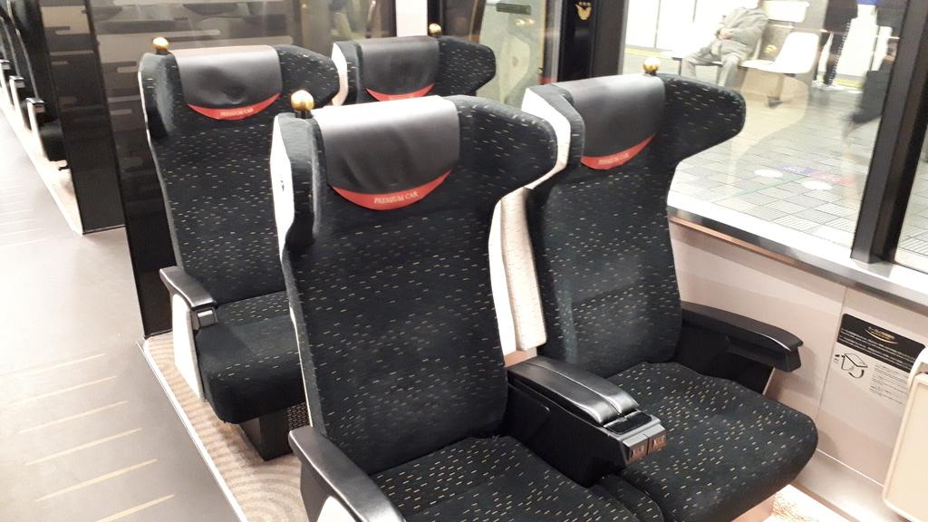京阪特急 8000系 プレミアムカー座席
