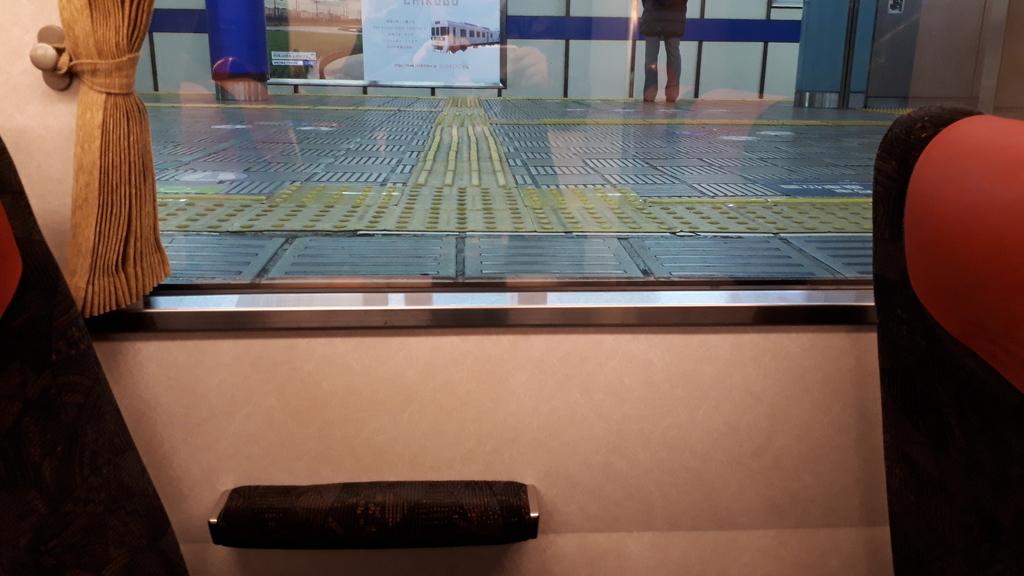 京阪 8000系 ダブルデッカー 1階 車窓