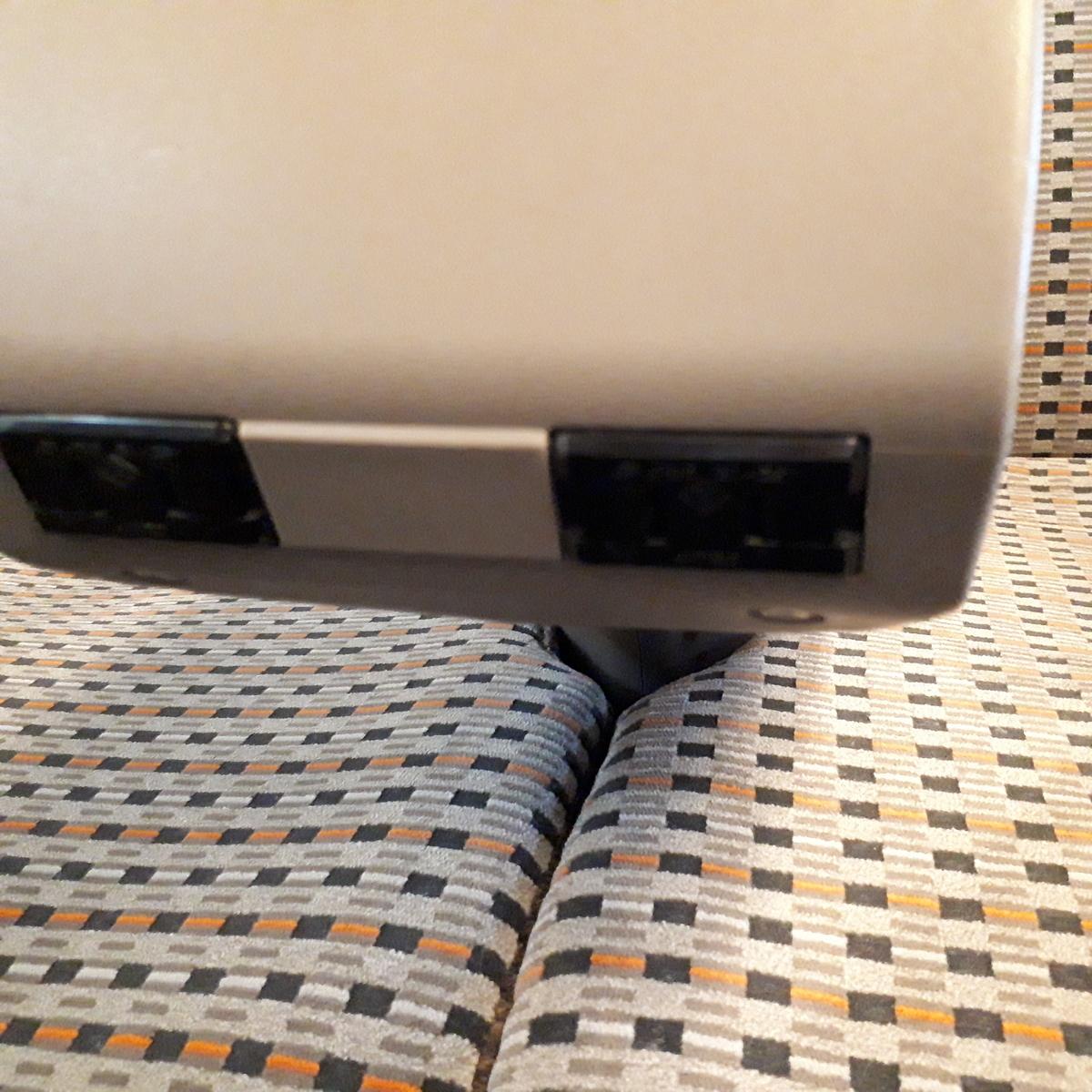 新幹線N700系 のぞみ グリーン車 座席 ひじ掛け コンセント