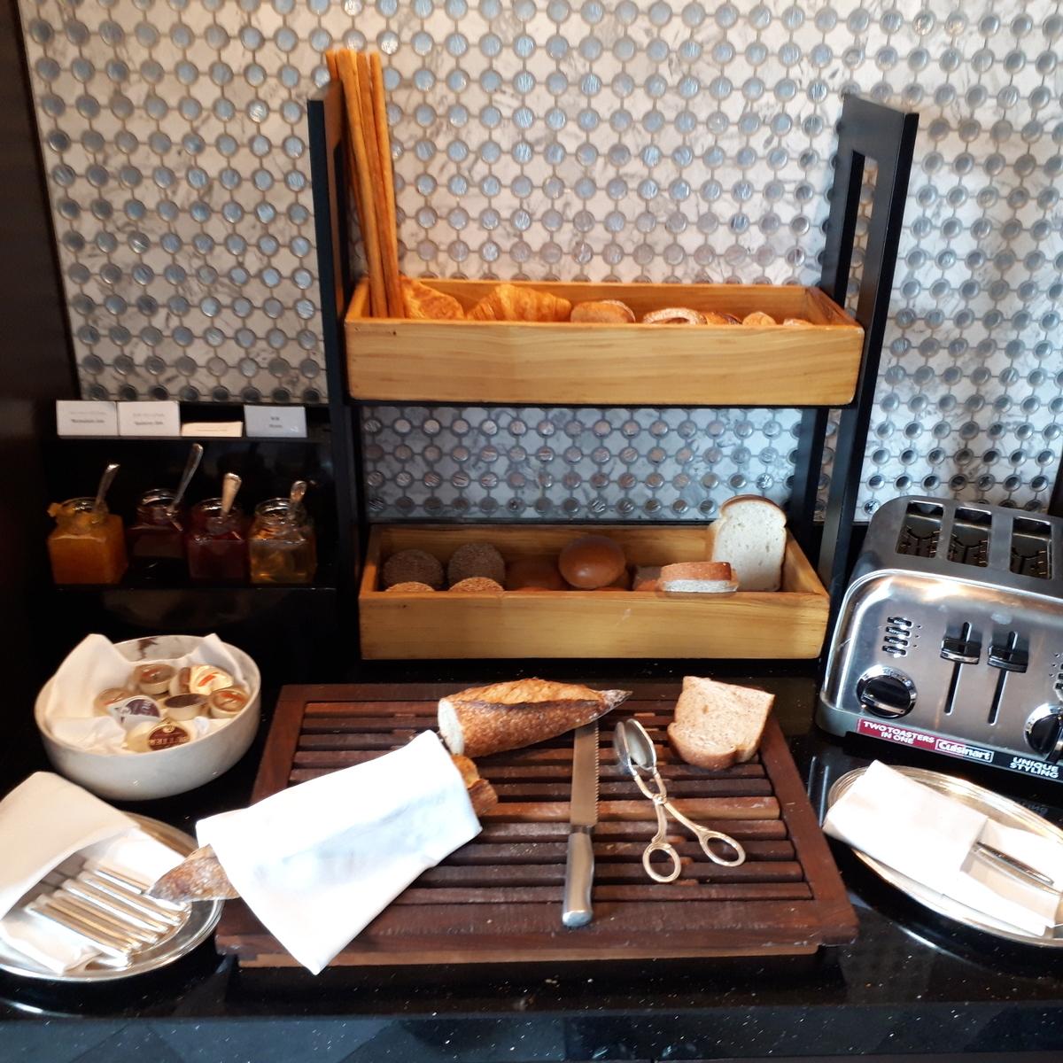 リッツカールトン大阪 クラブラウンジ 朝食 パン