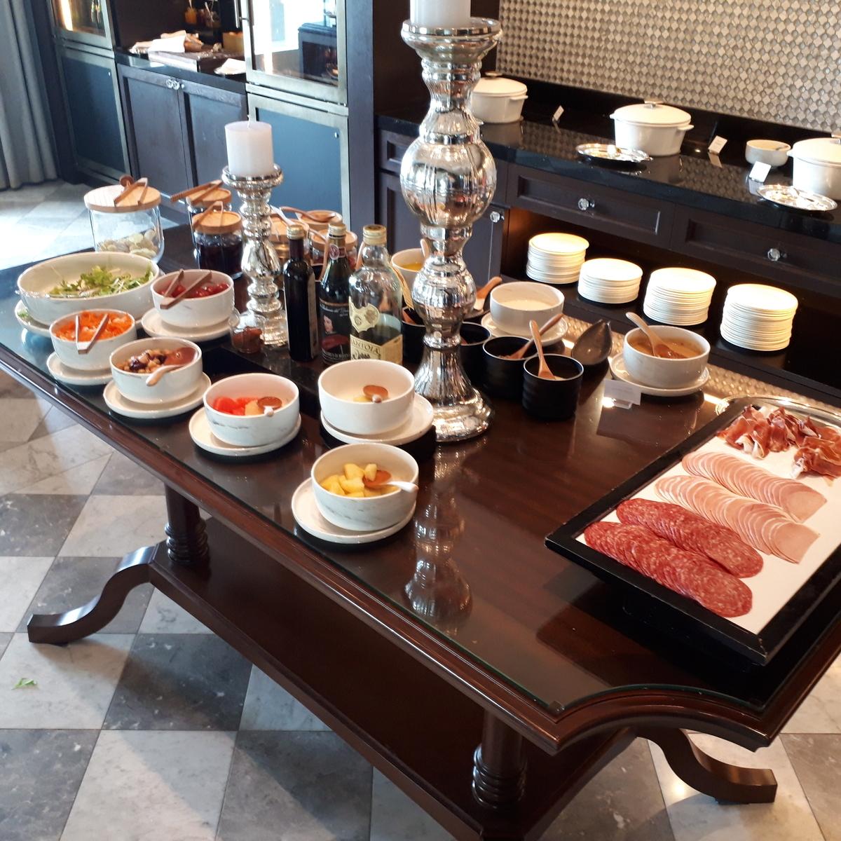 リッツカールトン大阪 クラブラウンジ 軽食 サラダ ハム