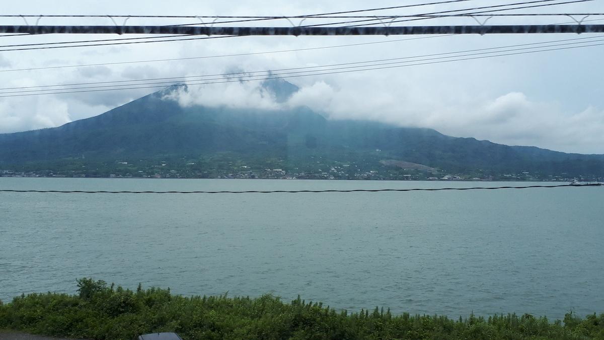 特急 きりしま 車窓から望む錦江湾に浮かぶ桜島