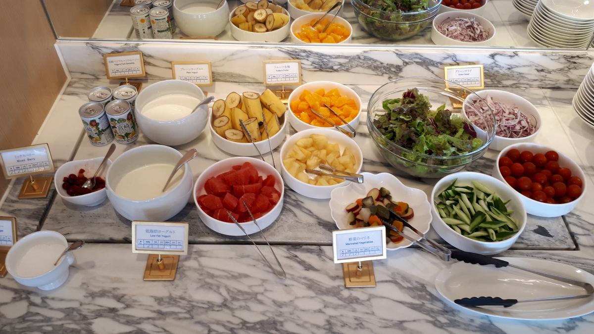 シェラトングランデオーシャンリゾート クラブラウンジ 朝食サービス サラダ フルーツ
