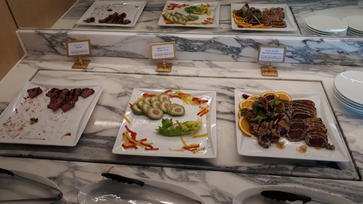 シェラトングランデオーシャンリゾート クラブラウンジ カクテルタイム ローストビーフ 鶏肉のテリーヌ 炙り鮪の香草風味