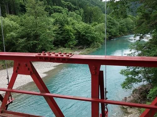 吊橋の上から