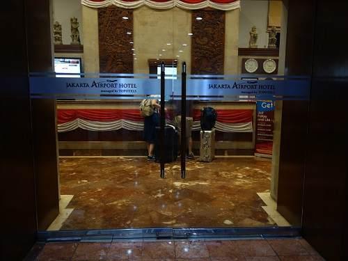 ホテルの扉