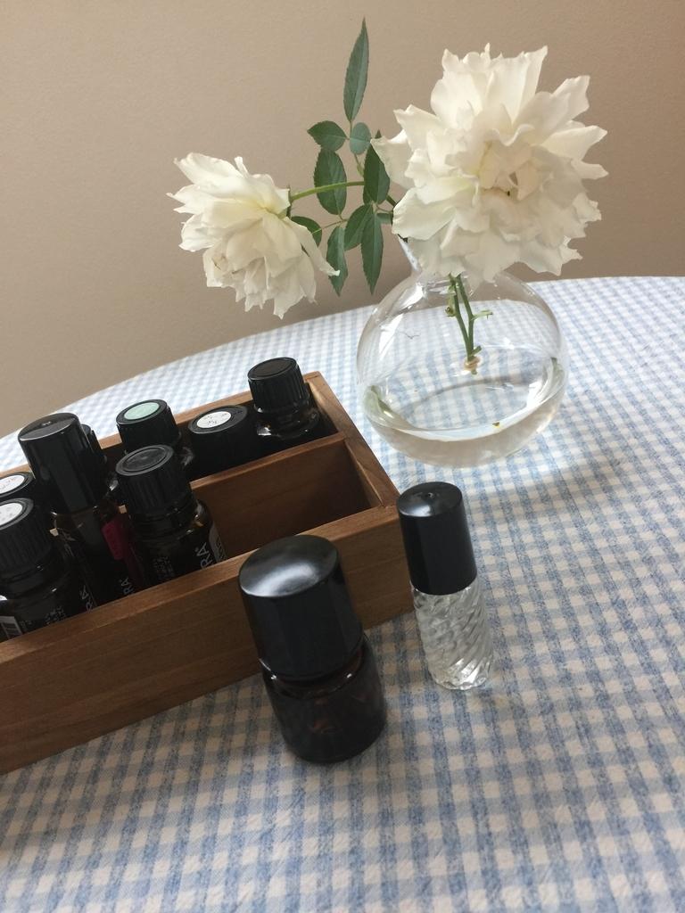 白い薔薇ガブリエルとエッセンシャルオイルの小瓶