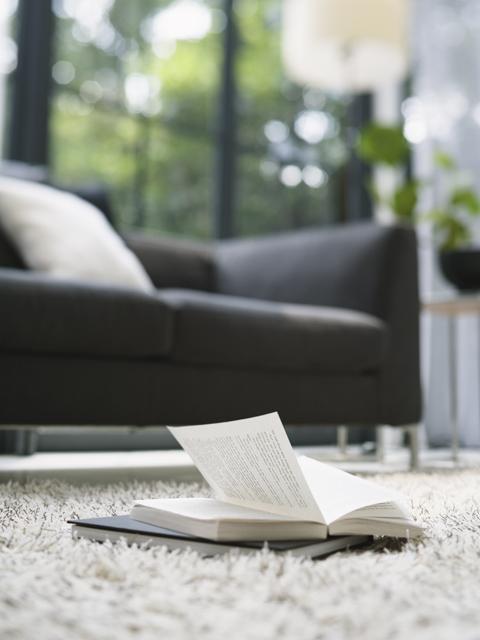 読みかけの本と長椅子