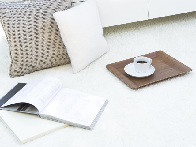 ラグの上に本とコーヒー