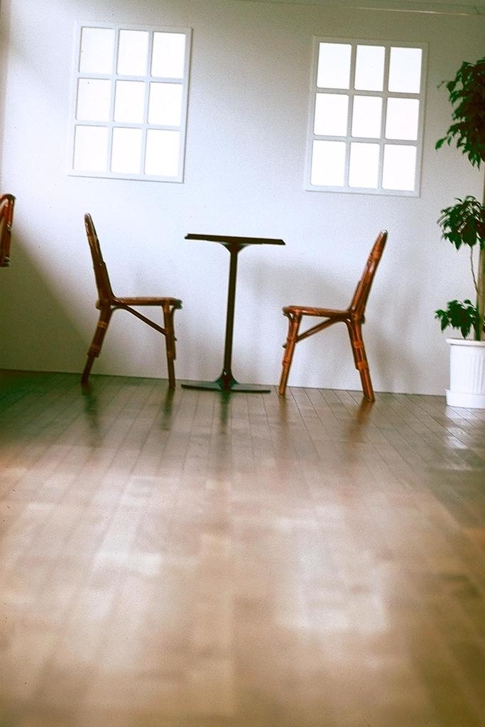テーブルをはさんで向かい合った2つの椅子