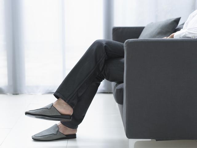 椅子に座っている人の足下