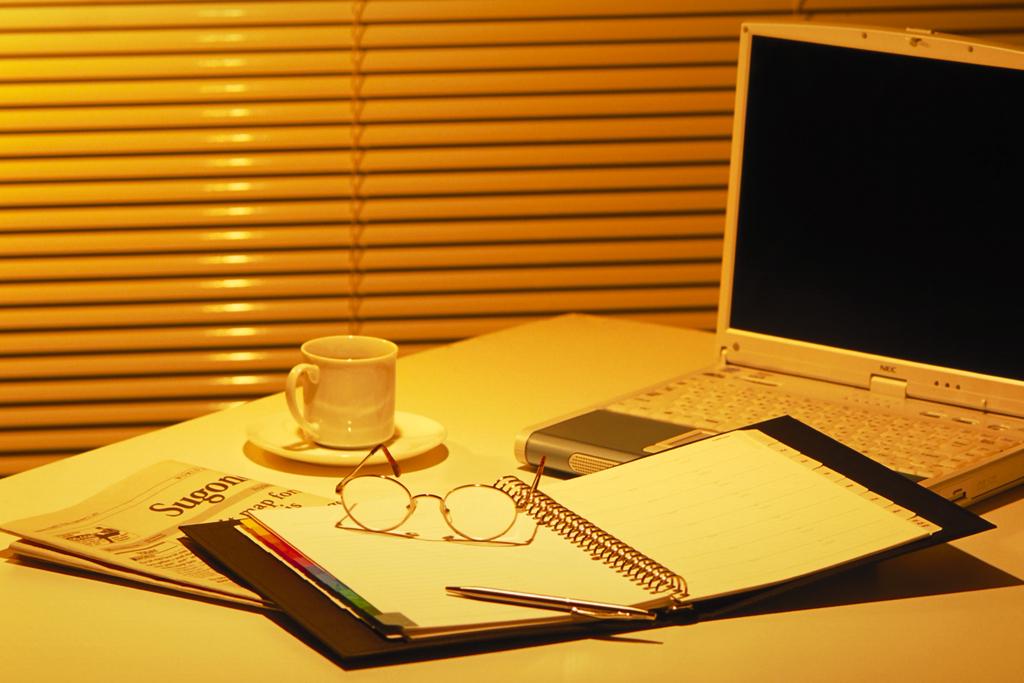 書斎のデスクトップパソコン