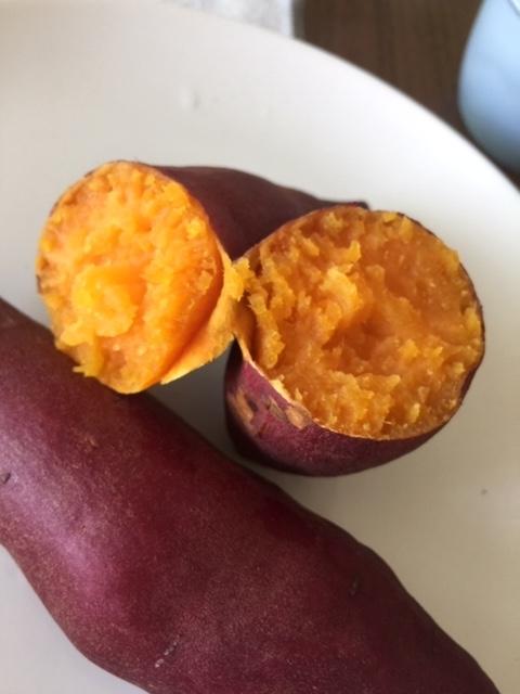 オレンジ色の断面が鮮やかな焼き芋2本