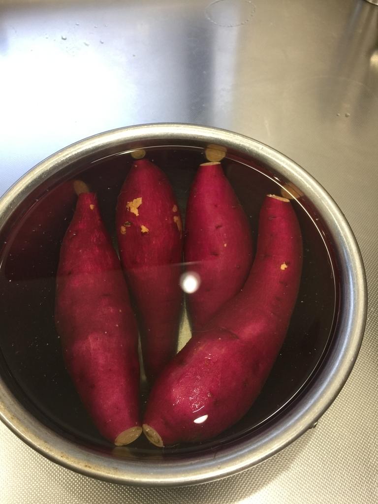 塩水に漬けたサツマイモ