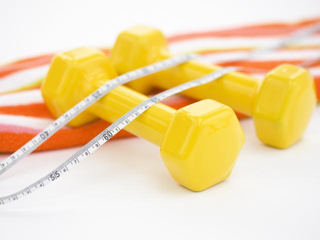 黄色いダンベル1組とオレンジストライプのタオル