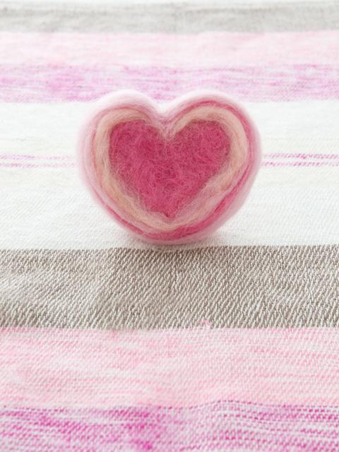 ピンクの布とコットンで作られたハートモチーフ
