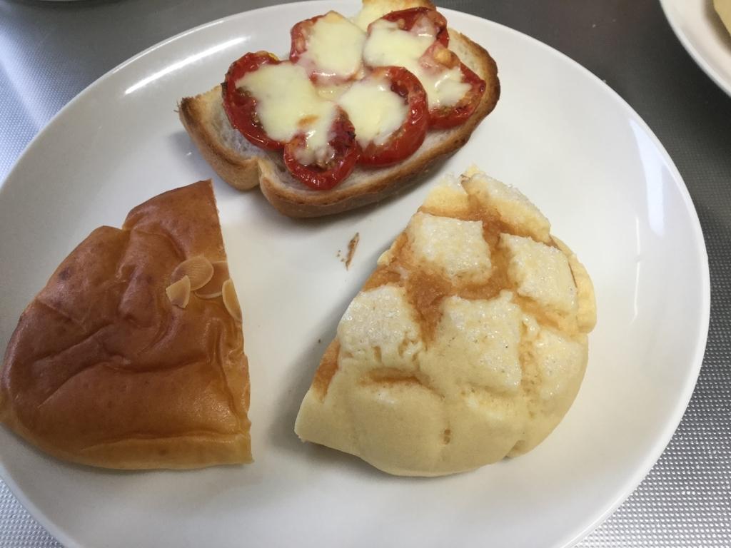 クリームパン、トマトチーズトースト、メロンパン