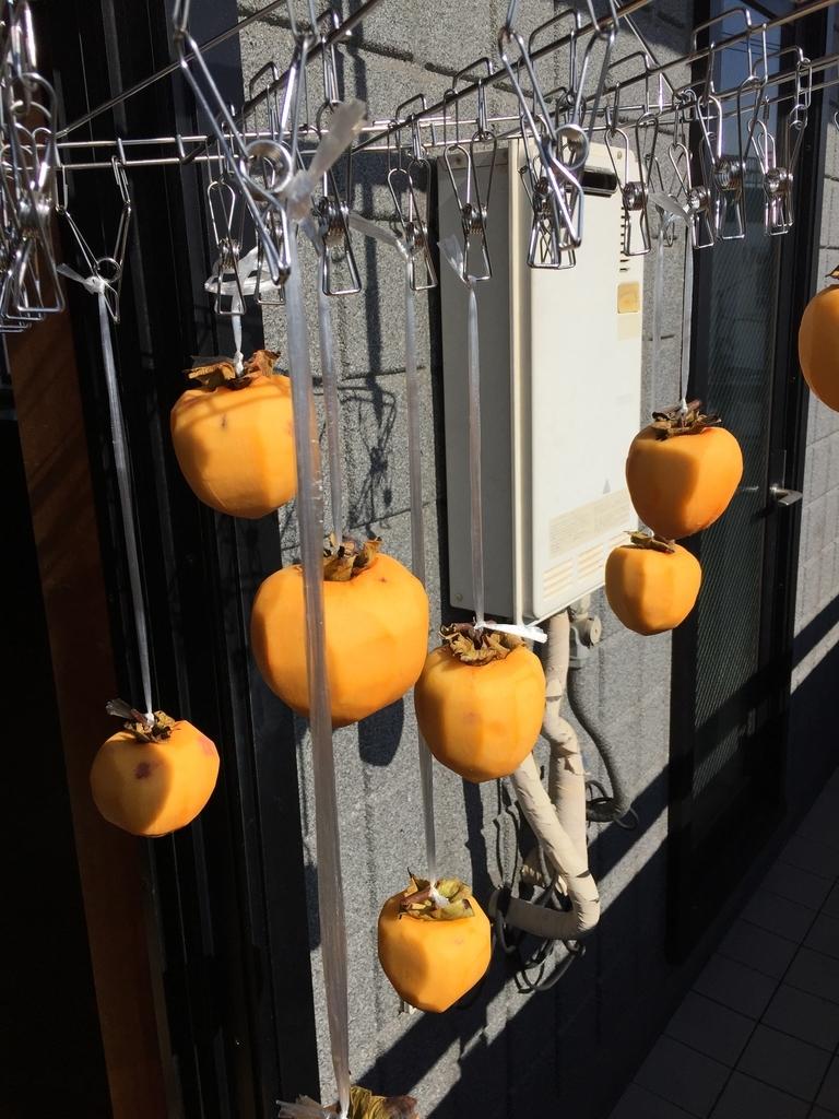 吊した干し柿