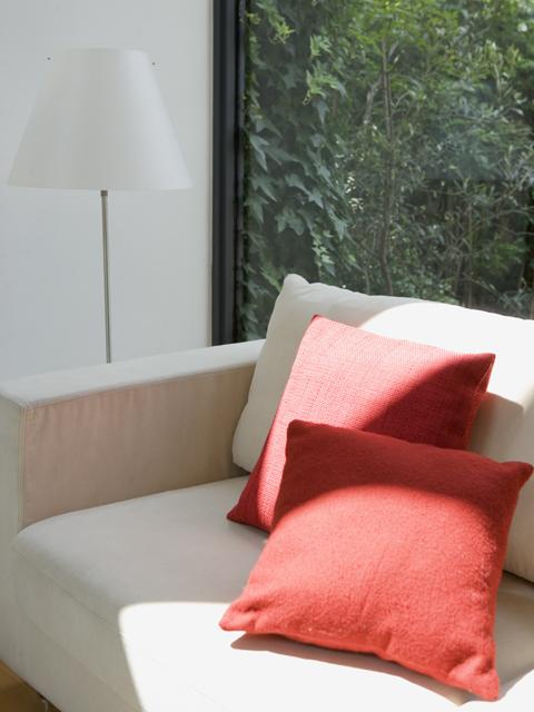 白いソファと赤いクッション