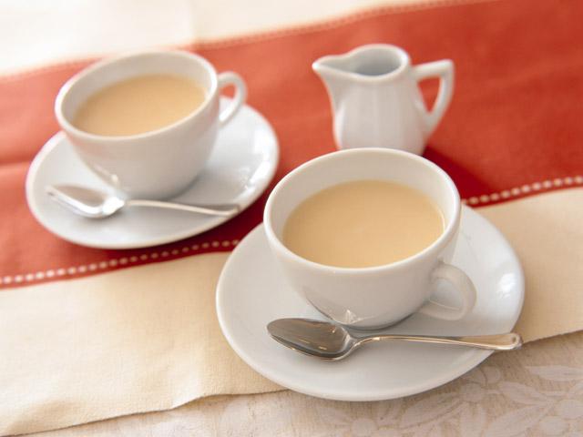 白いカップで2人分のミルクティ