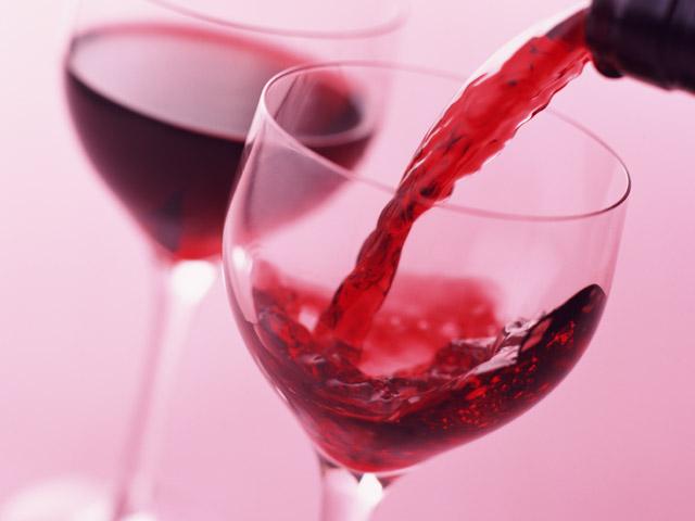 ワイングラスに赤いワイン
