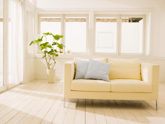 日の当たるリビングと長椅子ソファ