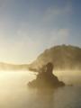 [風景][リアス][三陸][森][海][夜明け]海霧に浮かぶ牡蠣島(舞根湾、秋の朝)